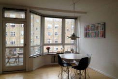 Lys 70 kvm lejlighed med altan og fri parkering